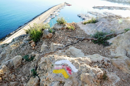 Trail markers on route PR-CV 355 from the port of Xàbia to Mirador de Cap Sant Antoni